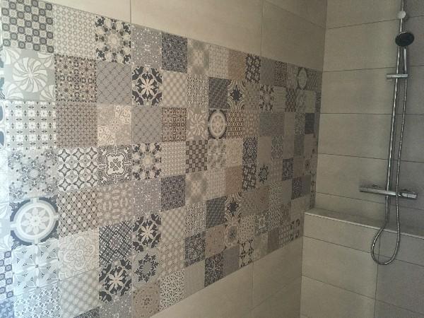 très tendance la ceramique style carreau ciment à l'ancienne pour votre espace douche