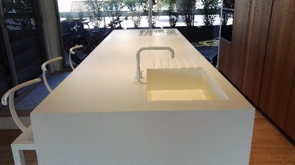 Réalisation du plan de travail, jambage et évier en Solid surface ... sans aucun joint visible pour une hygiène et une facilité d'entretien parfaite