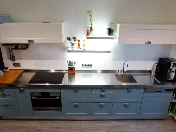 Cuisine bleu provençal en laque satinée. Cette couleur a été faite sur mesure par rapport à la demande du client. Projet complet visible sur http://www.monprojetcuisine.fr